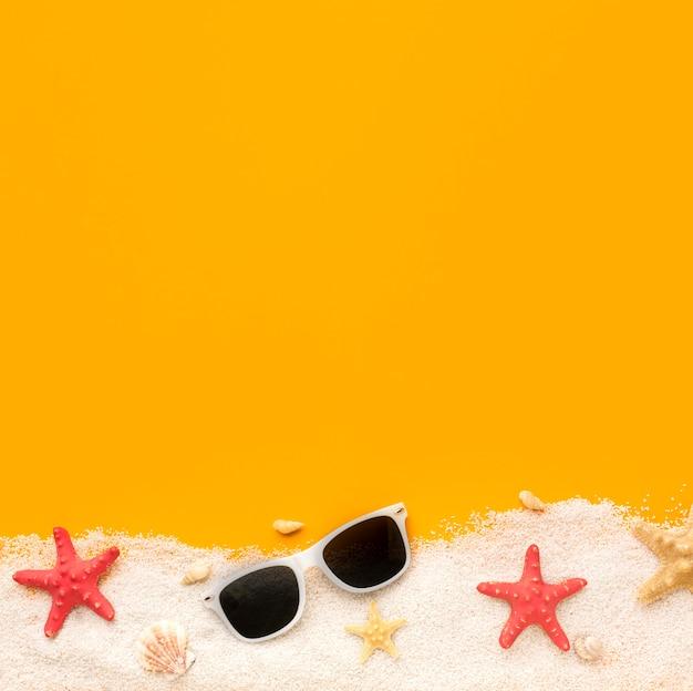 Óculos de verão vista superior com espaço de cópia