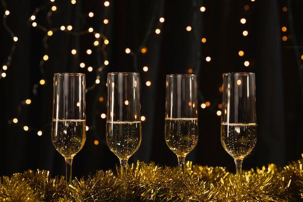 Óculos de vista frontal com champanhe na mesa