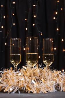 Óculos de vista frontal com champanhe para o ano novo