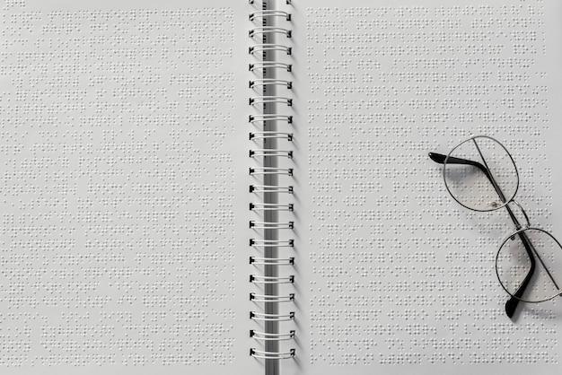 Óculos de vista superior em notebook braille