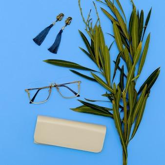 Óculos e brincos. acessórios elegantes para mulheres. loja mínima de lay-out