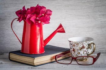 Óculos e livro com estilo vintage retro do efeito do filtro