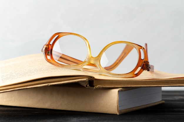 Óculos e livro na mesa