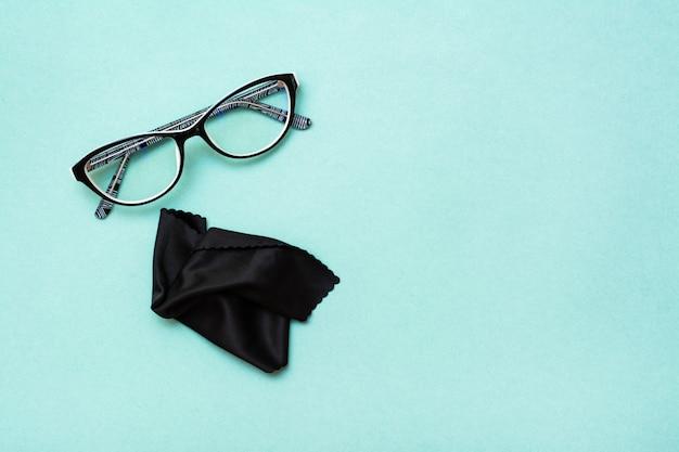 Óculos e pano de limpeza