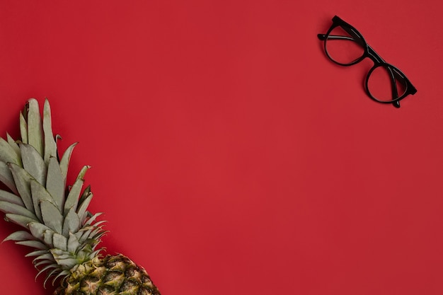 Óculos elegantes com armação preta e lentes transparentes