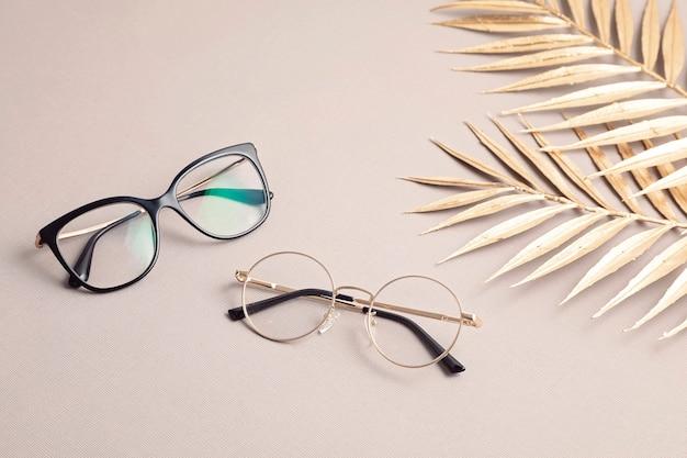 Óculos elegantes em exame de visão em tom pastel na ótica, conceito de acessórios de moda