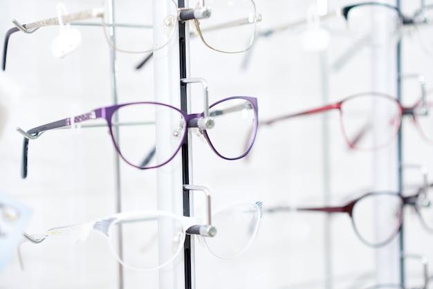 Óculos elegantes na moldura elegante.
