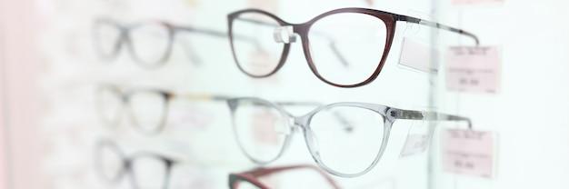Óculos em belas armações. concerto no salão de ótica