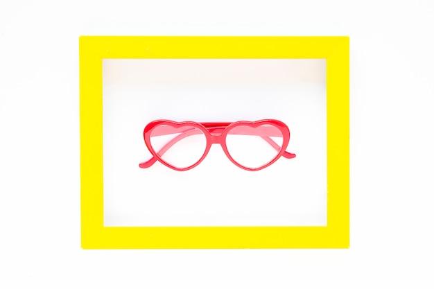 Óculos em forma de coração dentro do quadro