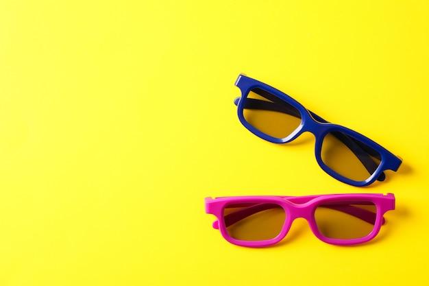 Óculos em fundo amarelo