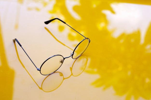 Óculos em fundo amarelo.