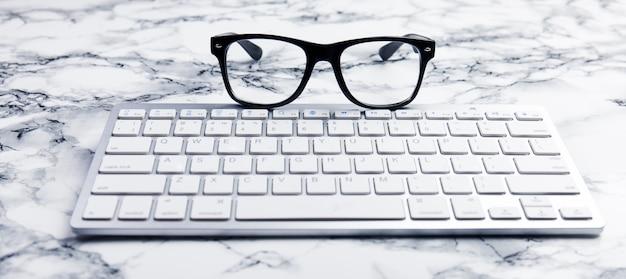 Óculos em uma cena de mesa ou escritório com teclado