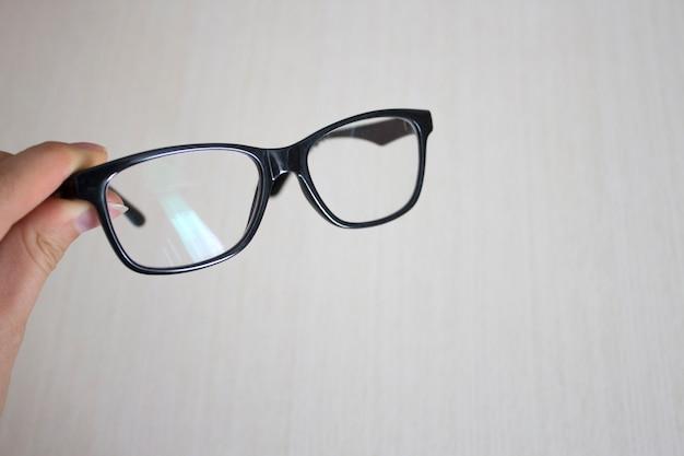 Óculos em uma mão feminina