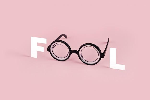 Óculos engraçados com óculos redondos no fundo rosa