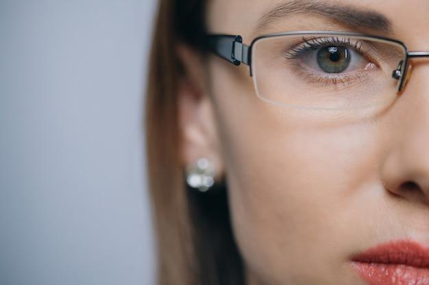 Óculos eyewear closeup de mulher em óculos. linda jovem raça mista caucasiana asiática chinesa mulher usando óculos