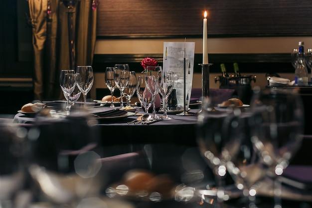 Óculos, flores, garfo, faca serviram para o jantar no restaurante com aconchegante