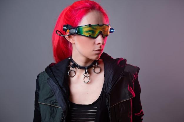 Óculos futuristas com luz de fundo e um gadget de realidade aumentada