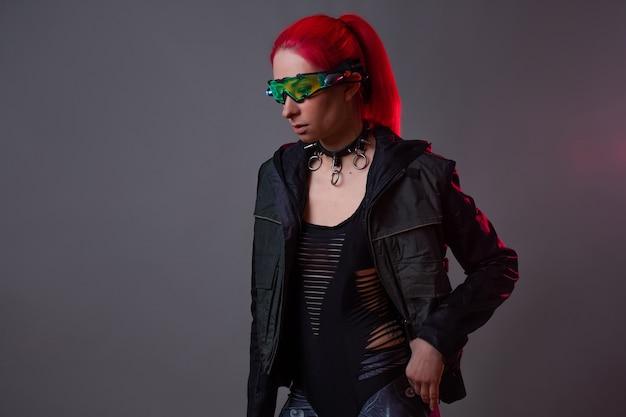 Óculos futuristas com luz de fundo, um gadget de realidade aumentada. imagem bacana no estilo do futurismo e do techno punk, uma jovem de cabelos rosa em óculos luminosos, uma gamer