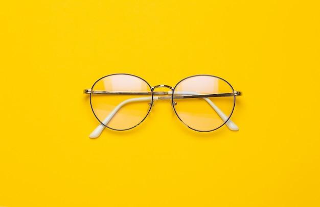 Óculos isolados em amarelo
