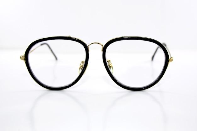 Óculos isolados em fundo branco