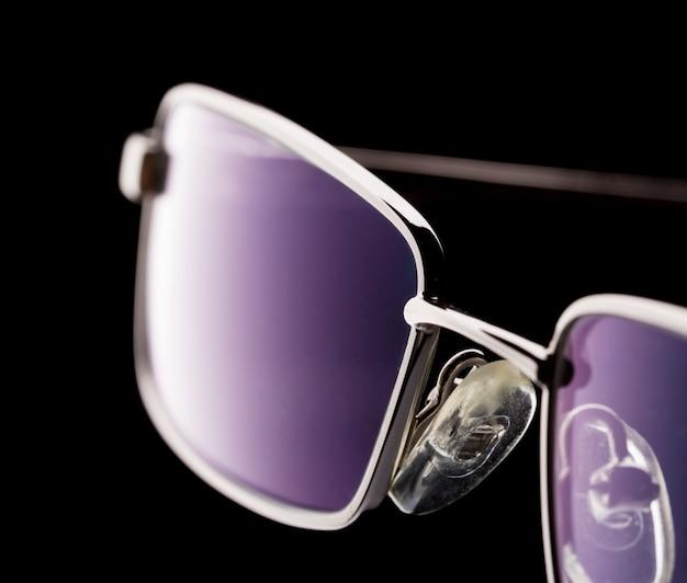 Óculos isolados no preto
