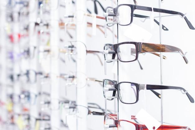 Óculos, loja de vidro óptico, vários óculos em oculistas.