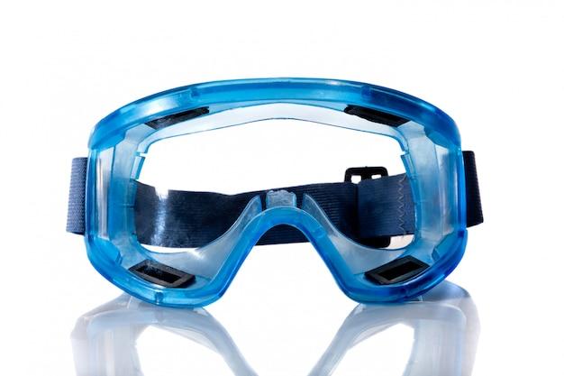 Óculos médicos azuis, isolados no fundo branco.
