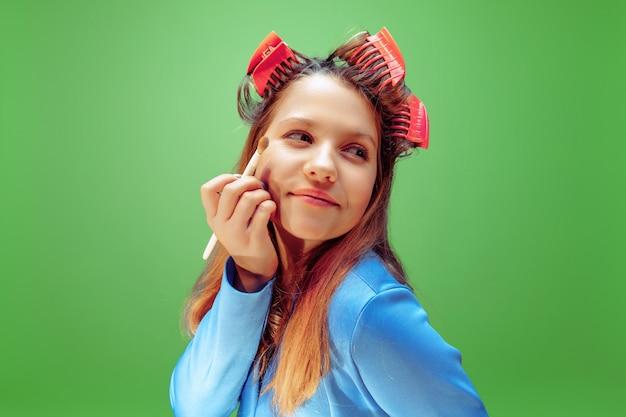 Óculos. menina sonhando com a profissão de maquiador. conceito de infância, planejamento, educação e sonho. quer se tornar um funcionário de sucesso na indústria da moda e estilo, artista de penteado.