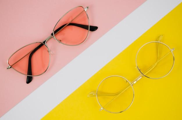 Óculos modernos em fundo colorido