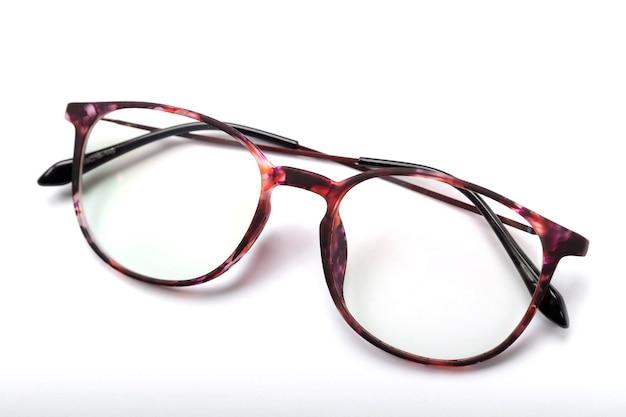 Óculos modernos em um fundo branco