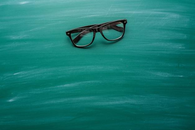 Óculos na frente do quadro-negro
