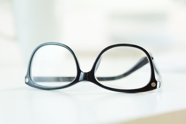 Óculos na mesa branca