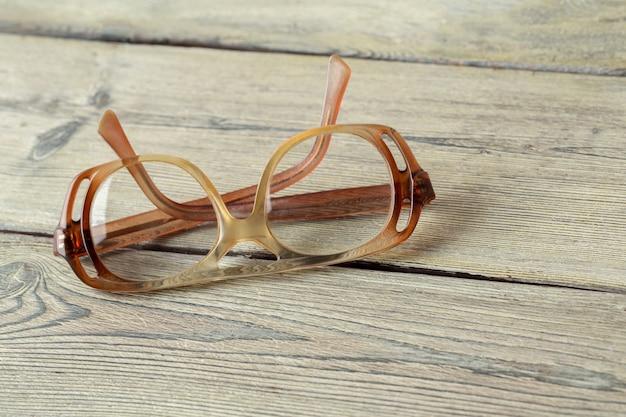 Óculos na mesa de madeira