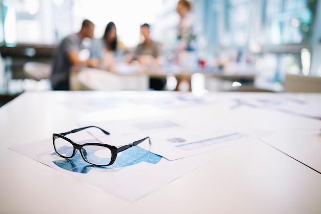 Óculos na mesa