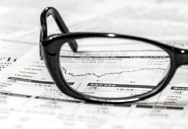 Óculos no jornal de negócios