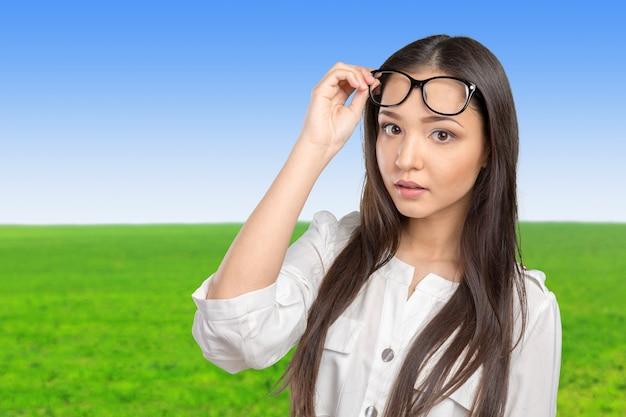 Óculos óculos mulher feliz retrato olhando para a câmera
