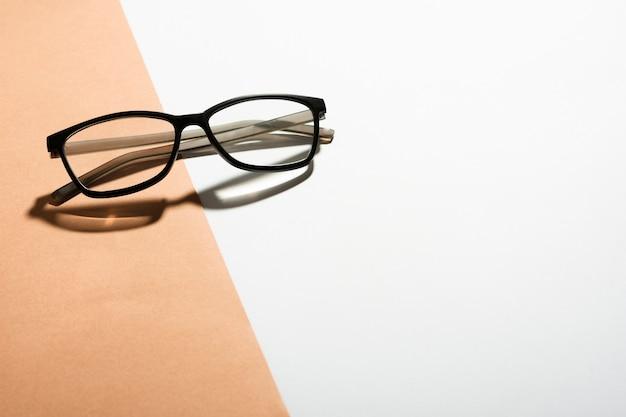 Óculos ópticos de close-up em uma tabela