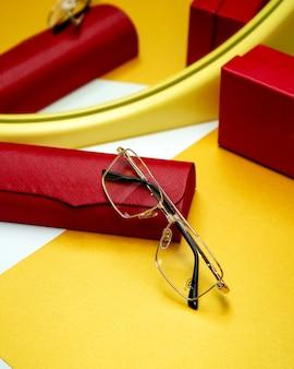 Óculos ópticos em cima da mesa