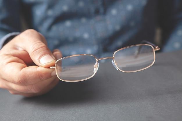 Óculos óticos em mãos masculinas
