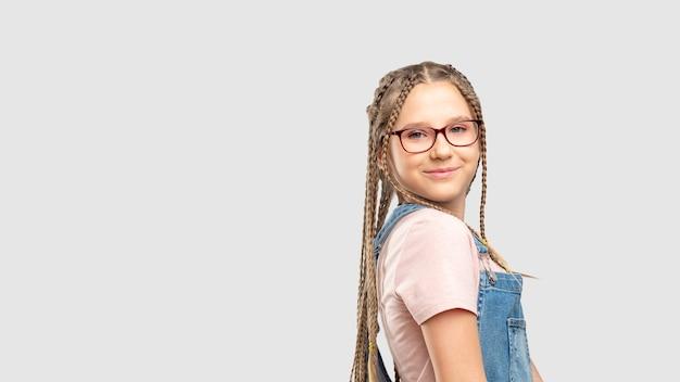 Óculos para crianças. correção de visão. garota feliz em óculos elegantes sorrindo