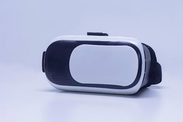 Óculos para realidade virtual e vídeo em 360 graus. capacete de vr para o smartphone em um fundo branco.