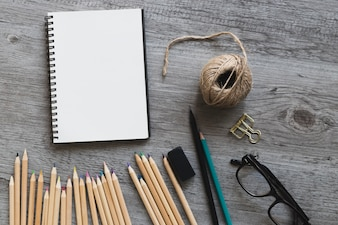 Óculos perto de ferramentas de desenho