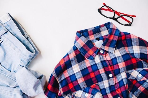 Óculos perto de roupa casual