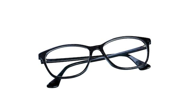Óculos pretos e pequeno presente em fundo azul claro