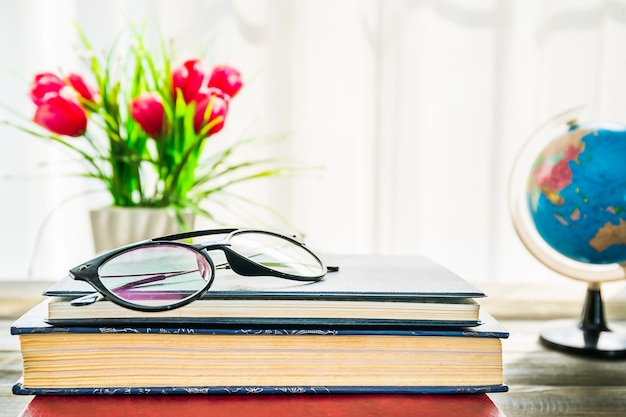 Óculos são colocados em livros