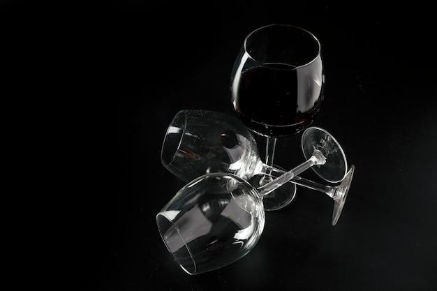 Óculos vazios perto do vinho