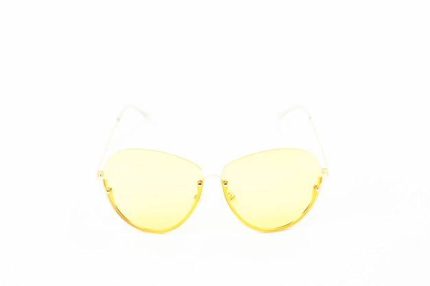 Óculos vintage amarelos isolados no branco