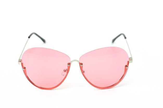 Óculos vintage rosa isolados no branco