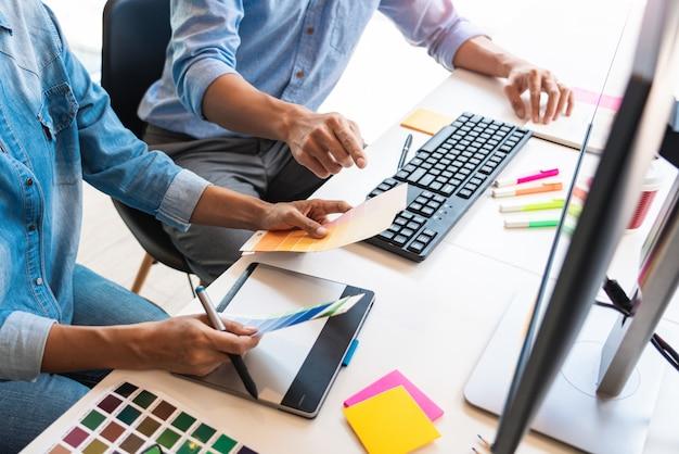 Ocupação profissional de designer gráfico de arquiteto criativo, escolhendo amostras de paleta de cores para o projeto no computador desktop do escritório