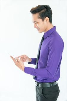 Ocupado jovem gerente asiático trabalhando em tablet